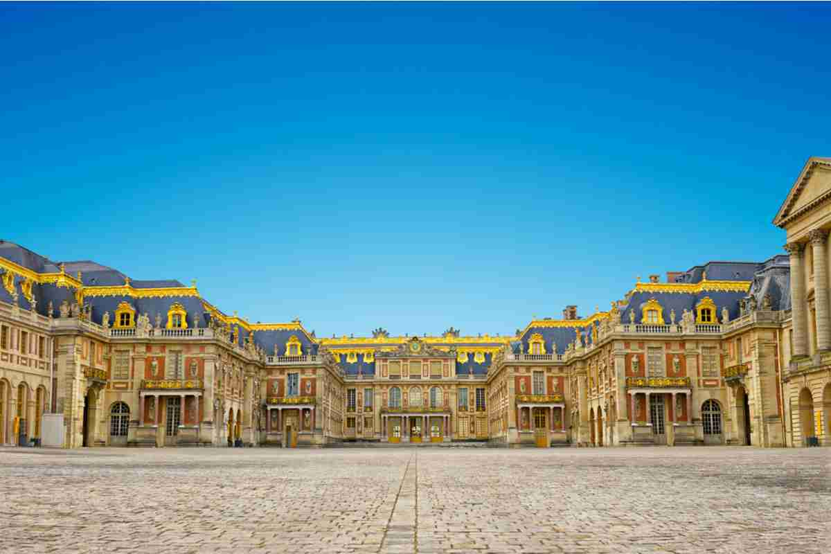 Front Palace_of_Versailles in paris france